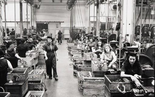 Département de production des cartouches à l'Arsenal Dominion, Saint-Malo, Québec, avril 1942.