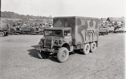 Camion militaire canadien standard, dans la version utilisée pour les réparations mécaniques; Modèle Chevrolet C60X, 3 tonnes, 6 roues. Conçu et fabriqué à Oshawa, Ontario, Canada. Angleterre, 19 mars 1944.