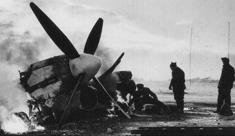 Hawker Typhoons du 439e Escadron ARC détruit et endommagé après la frappe du Luftwaffe le jour de l'année à l'aérodrome B-78 de Eindhoven, Pays-Bas.