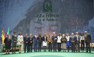 La presidenta de la Junta, Susana Díaz, y el presidente del Parlamento, Juan Pablo Durán, posan con los galardonados con las distinciones de Hijo Predilecto y Medalla de Andalucía, en el escenario del Teatro de la Maestranza de Sevilla, al término del Acto Institucional del 28F.