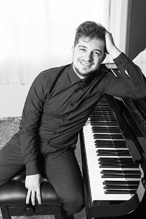 Ignacio Ojeda junto a su piano.