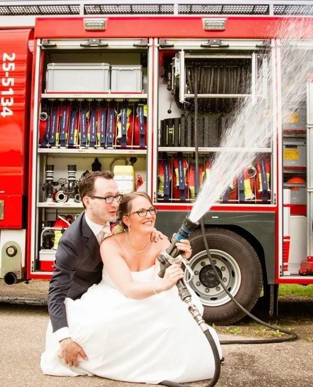Qua trouwauto was dit toch wel een van de meest bijzondere. En natuurlijk...alles voor de foto; zwaailichten en brandspuit aan!   #fotograaf #fotografie #trouwfotograaf #bruidsfotograaf #trouwfotografie #bruidsfotografie #verloofd #huwelijksfotograaf #ikgatrouwen #bruiloftsfotograaf #trouwinspiratie #trouwenin2021  #huwelijksfotografie #wijgaantrouwen  #trouwen #huwelijk #bruiloft #bruiloftinspiratie  #trouwen2021 #trouwleveranciers  #safethedate  #love #liefde #wedding #trouwbeurs