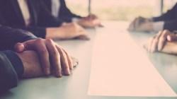 Arbeidsmiljøloven § 15-1 krever at arbeidsgiver gjennomfører drøftelsesmøte før oppsigelse.