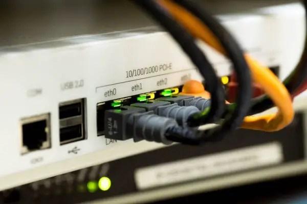 menghubungkan komputer dengan hub atau switch