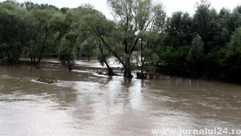 Cod galben de inundaţii pe unii afluenţi ai Oltului şi Jiului începând de marţi, de la ora 13,00