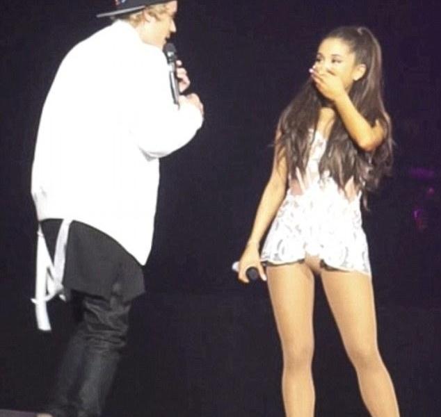 """Video: Justin Bieber în duet cu Ariana Grande; Justin a uitat versurile melodiei """"Love Me Harder"""""""