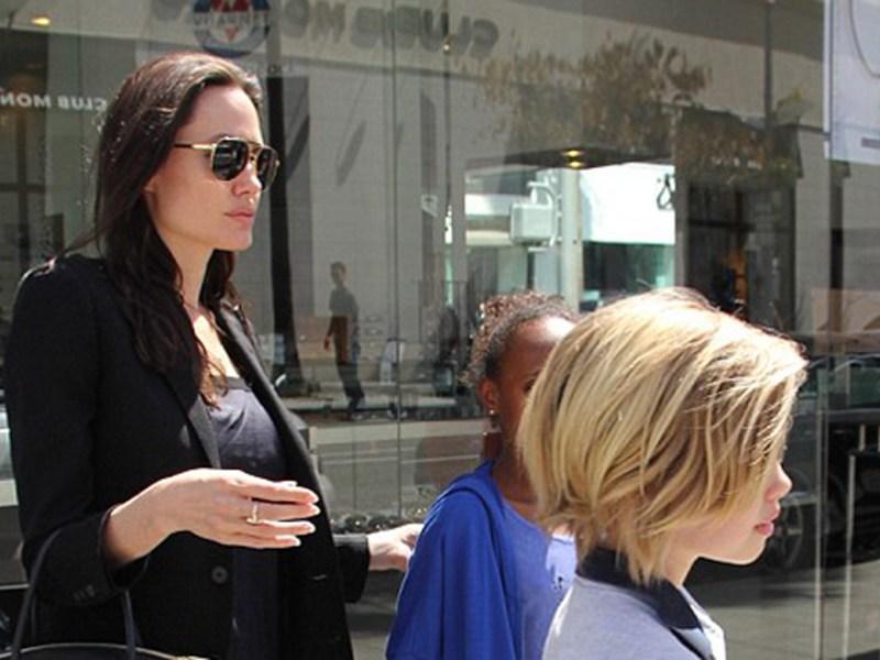 Apar primele imagini cu Angelina Jolie după operaţia de ovare