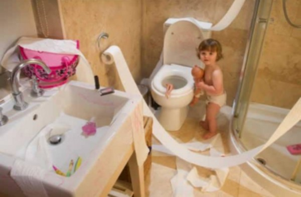 copil singur in baie