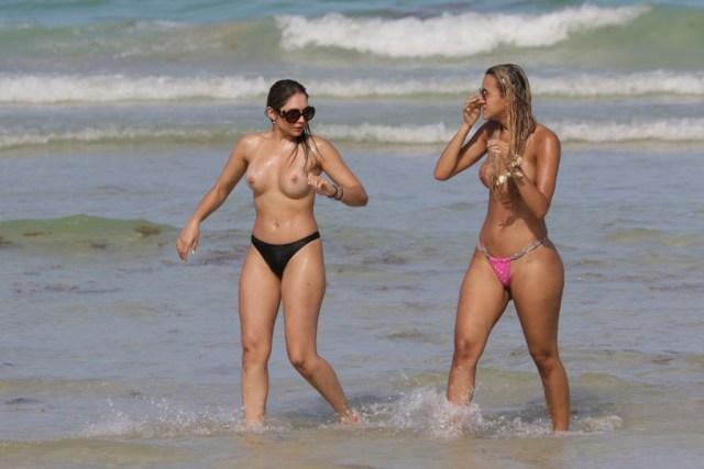 Juliana Reis şi Veronica Moreira Basso dezbracate
