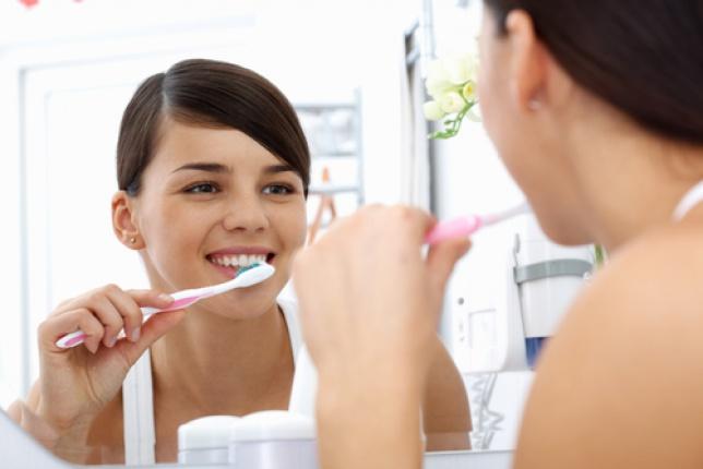 Vă spălați pe dinți înainte sau după micul dejun, cînd este bine să faceţi asta?