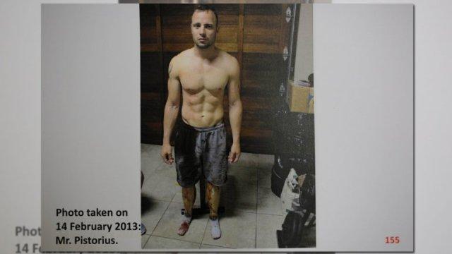 Una dintre fotografii care s-a  scurs de la procedura secretă, făcută de poliție pentru proces: Oscar Pistorius, însângerat, la câteva minute după uciderea prietenei sale Reeva Steenkamp.