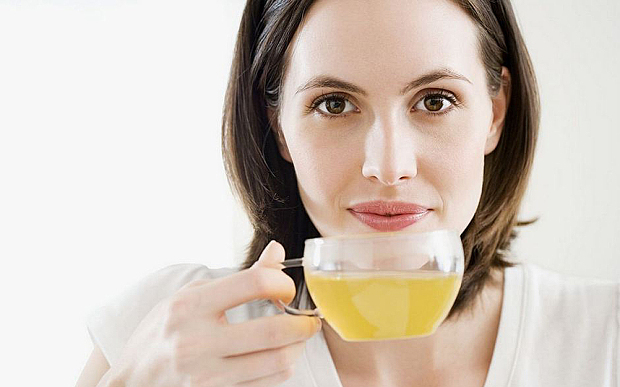 femeie care bea urina