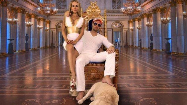 Yotta Bastion și Maria, în  palatul său de la Hollywood.