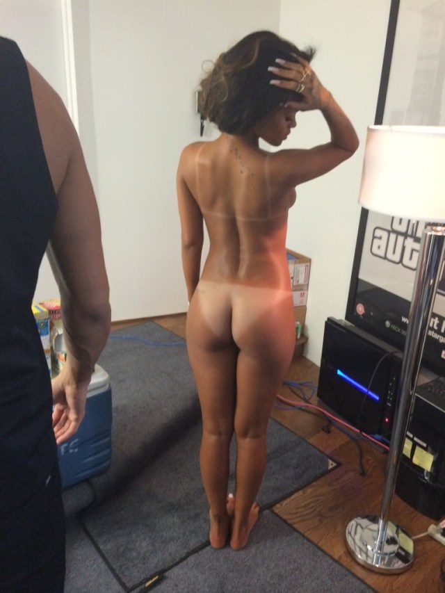 Rihanna dezbracata