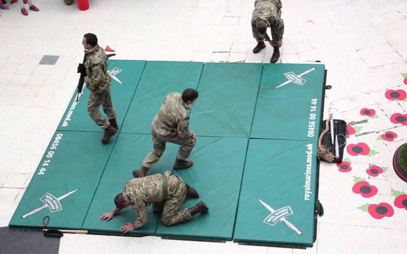 Demonstrație impresionantă de arte marțiale a trupelor Royal Marines în metrou [video]