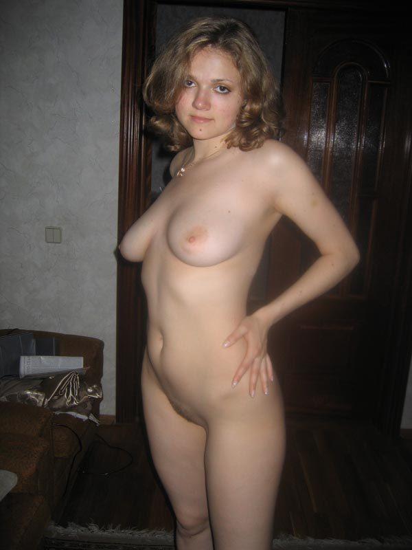 femeie nud in casa