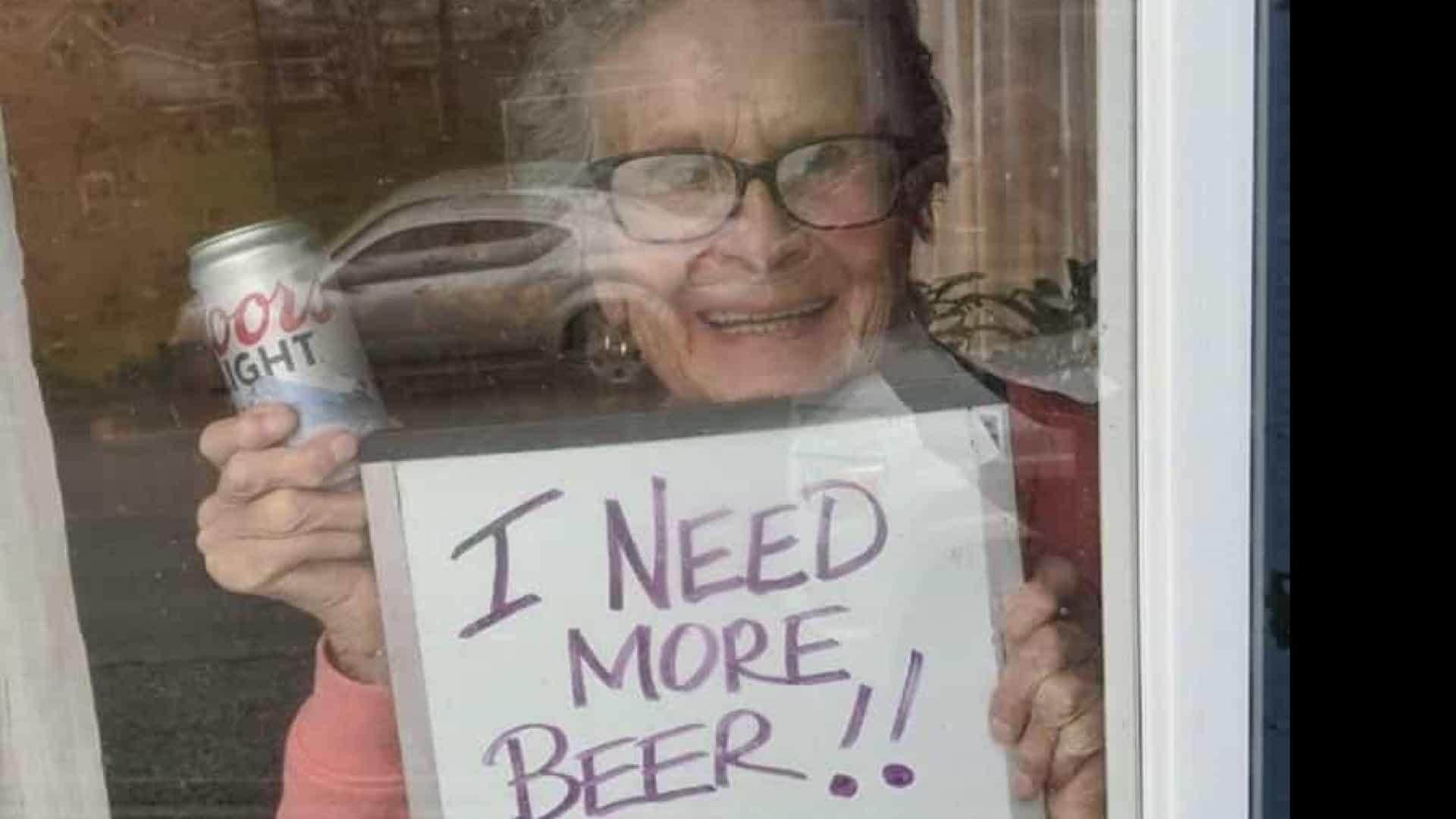 """Idosa de 93 anos faz apelo viral: """"Preciso de mais cerveja"""" - O Juruá Em Tempo"""