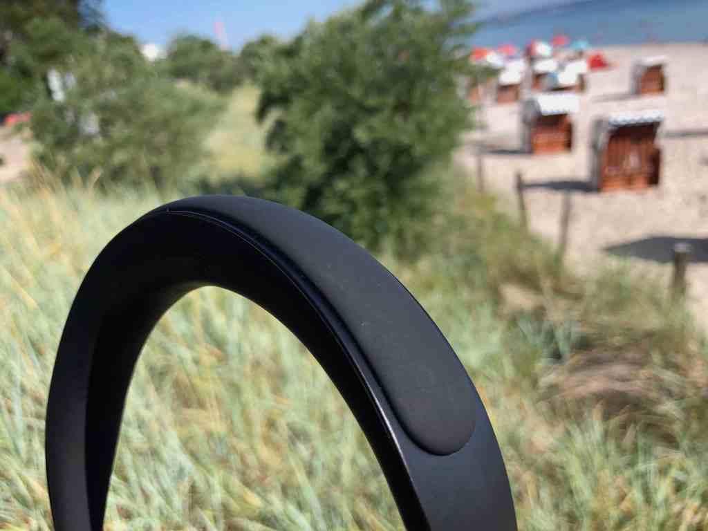Der Bügel besteht aus Edelstahl und ist mit einem Kunststoff zur Polsterung versetzt: Das ist praktisch beim Sport, wirkt aber weniger hochwertig als die Kombination aus Stoff und Leder beim QC35 (II).