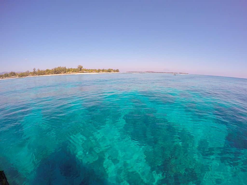 Glasklares und türkisfarbenes Wasser umgibt die Insel Gili Trawangan. Foto: Sascha Tegtmeyer