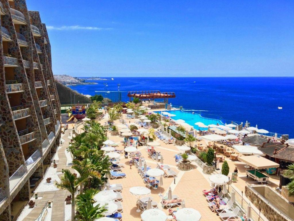 Schöne Aussicht: Das Hotel befindet sich auf einer Klippe mit Blick auf das offene Meer. Foto: Sascha Tegtmeyer