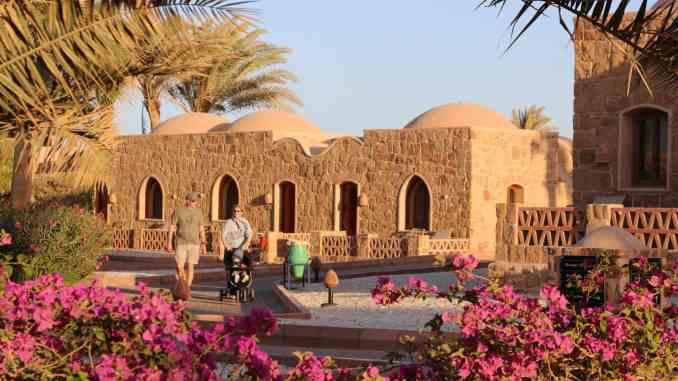 Urlaub in Ägypten: Das Mövenpick Resort El Quseir an der berühmten El Quadim Bucht sieht aus wie ein nubisches Dort und gehört zu den besten Hotels am Roten Meer. Foto: Sascha Tegtmeyer