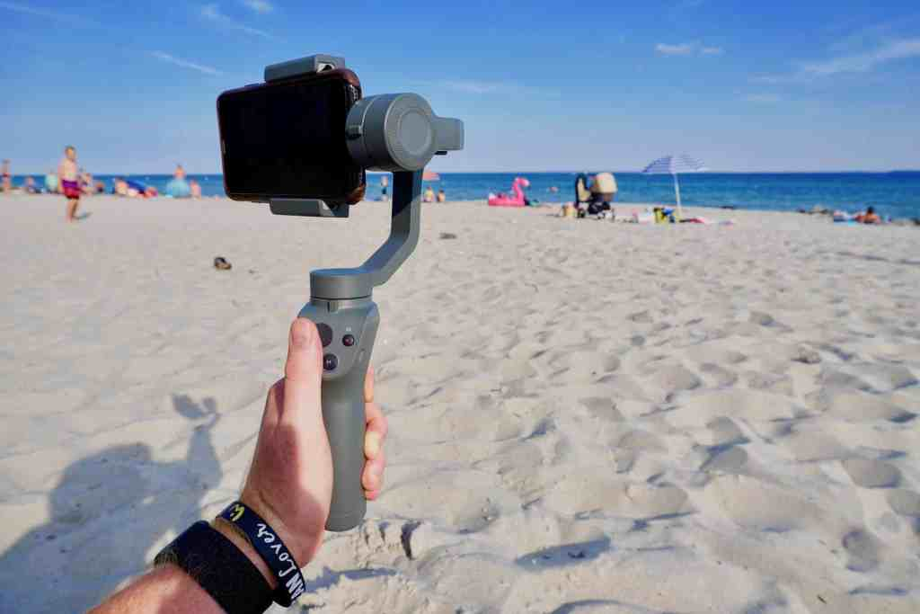 Wie man ihn auch dreht und wendet: Der Osmo Mobile 2 Gimbal hält das Smartphone gerade und wackelfrei. Foto: Sascha Tegtmeyer