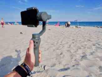 Urlaubs-Gadgets: Wie man ihn auch dreht und wendet: Der Osmo Mobile 2 Gimbal hält das Smartphone gerade und wackelfrei. Foto: Sascha Tegtmeyer