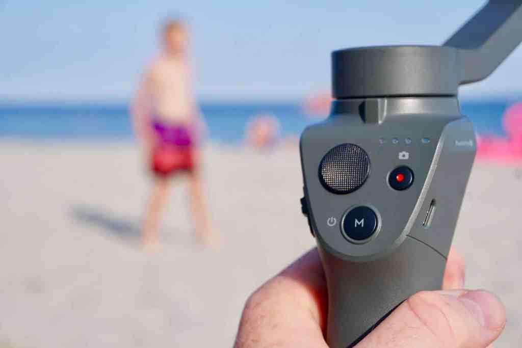 Drei Knöpfe genügen: Der Osmo Mobile 2 hat einen Menüknopf, einen Aufnahme-Button und oben links einen Joystick zum Schwenken der Kamera. Foto: Sascha Tegtmeyer
