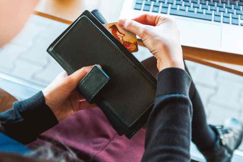Wenn es in den Urlaub geht, bleibt die große Brieftasche Zuhause und wird durch ein schlankes Reiseportemonnaie ersetzt. Foto: Pixabay