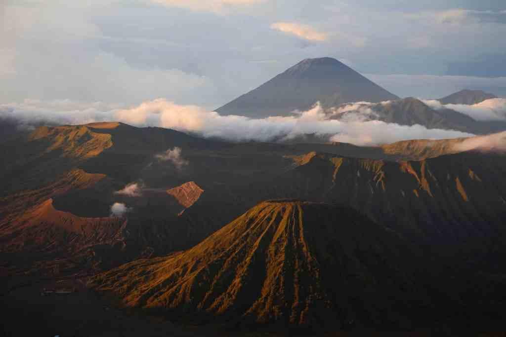 Das wirtschaftliche Zentrum Indonesiens zeichnet sich durch seine Vulkane aus. Foto: Unsplash