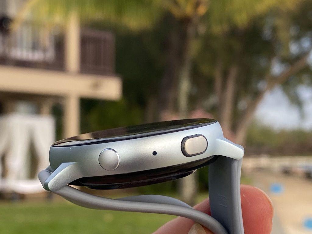 Intuitive Bedienung: Die Smartwatch wird über zwei Tasten und die digitale Lünette bedient. Foto: Sascha Tegtmeyer