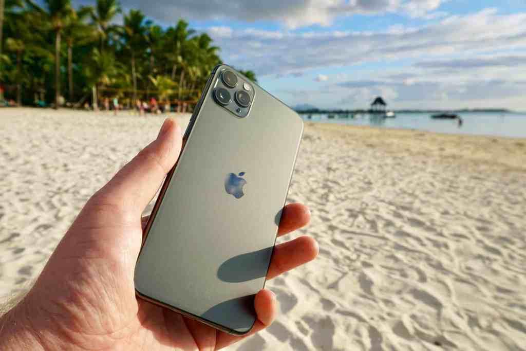 Markante neue Rückseite: Das iPhone 11 Pro (Max) hat eine Rückseite aus mattem, besonders hartem Glas – auffällig sind auch das nun mittige Apple Logo und vor allem die drei leistungsstarken Kameras. Foto: Sascha Tegtmeyer