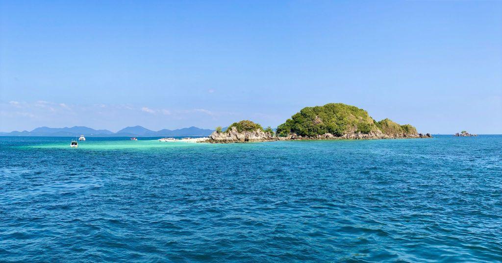 Mitten im Meer befindet sich die kleine Insel Koh Khai Nok – ideal zum Schnorcheln und offensichtlich auch ideal, um Haie zu beobachten. Foto: Sascha Tegtmeyer