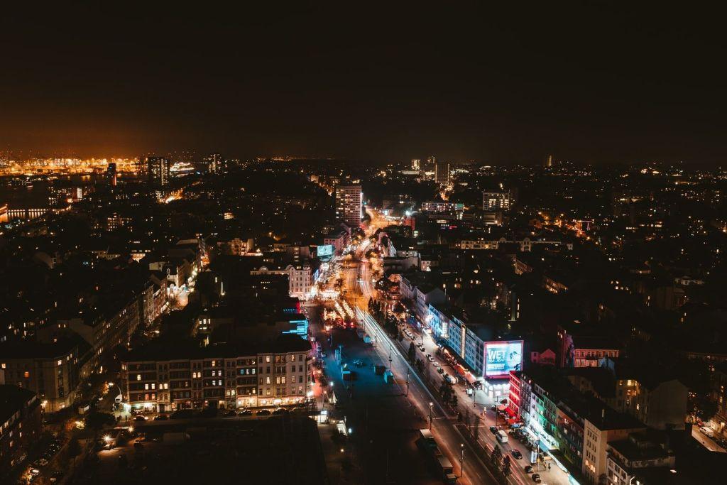 Der Kiez auf St. Pauli aus der Vogelperspektive: Die Reeperbahn ist Hamburgs sündige Meile. Foto: Unsplash