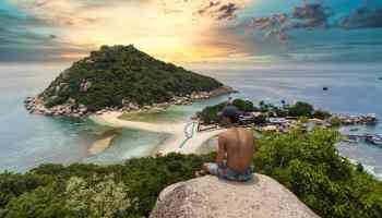 Reisefragen FAQ Urlaubsfragen Fragen und Antworten shirtless man sitting on a rock