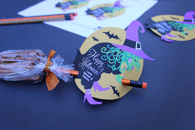 Halloween Witch Pretzel Broomsticks, Halloween gift, Halloween favor, Halloween free printable, free, free printable, Just Add Confetti, Witch free printable, creative food for kids, creative food, creative snack, Halloween snack, Halloween treat, Kids Halloween treat, pretzel broomsticks, pretzel broom sticks, Halloween gift for kids, Halloween Witch gift, Kids Halloween, Halloween for kids, Halloween, pretzel sticks, decorative pencil