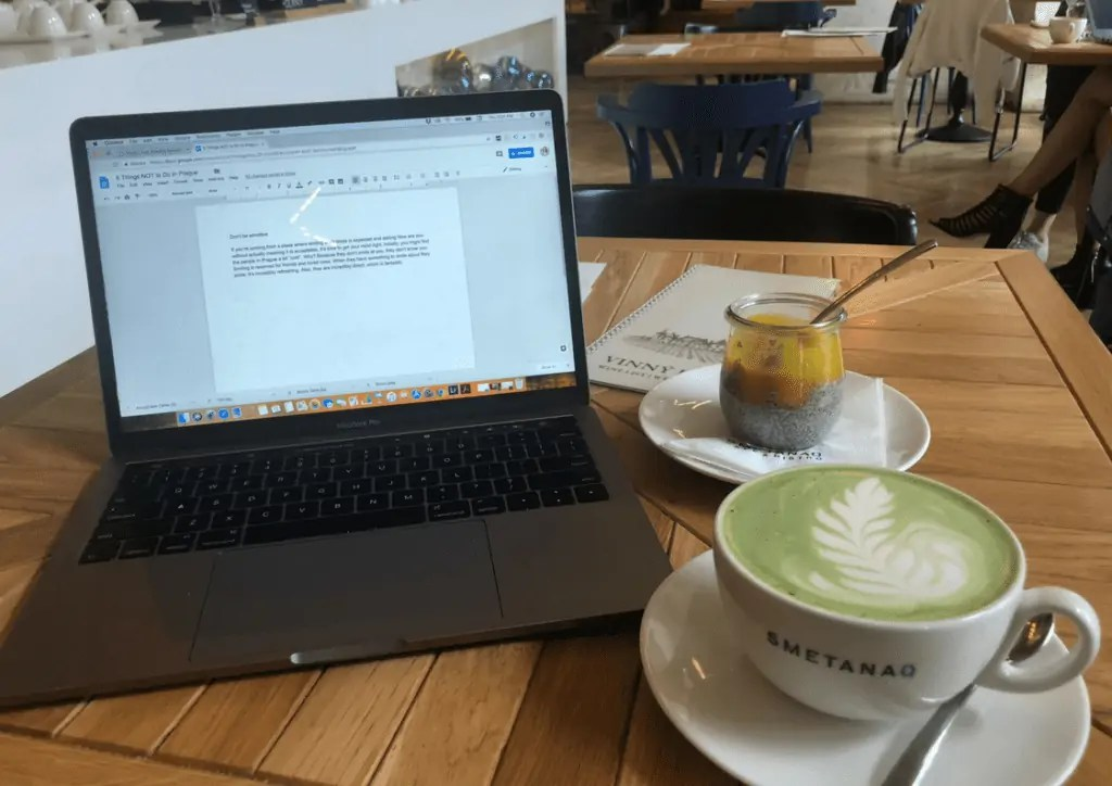 Matcha caj, Chia Pudding and work at SemantaQ Cafe in Prague