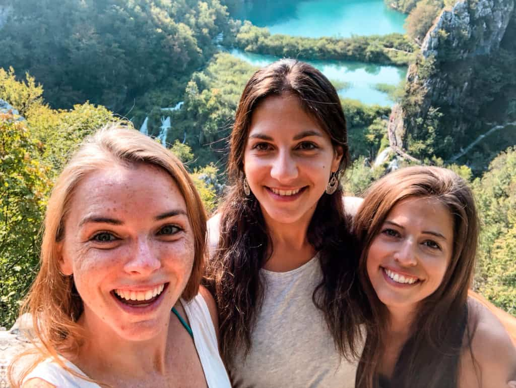 how to make friends while traveling solo
