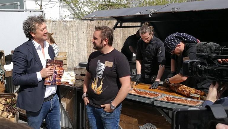 Marcus Polman overhandigt het eerste exemplaar aan Jord Althuizen tijdens de Culiperslunch