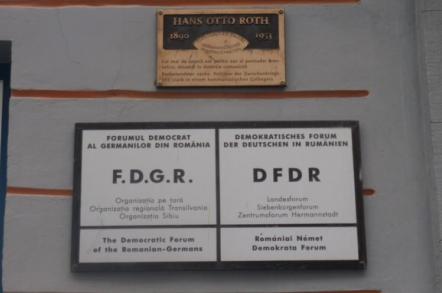 La Sibiu s-au restituit licee, şcoli, grădiniţe, filarmonica şi un cămin de bătrâni către FDGR, succesor al organizaţiei naziste Grupul...