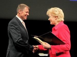 Klaus Iohannis primind de la Erika Steinbach placheta de onoare din partea Uniunii Asociaţiilor Etnicilor Germani Expatriaţi.