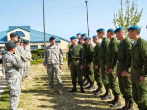 Militari ruși se antrenează cu militari americani.