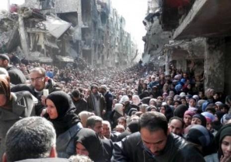 Sirieni înfometați la coadă la alimente pe cartelă. Noi i-am ajutat mult, în loc de alimente le-am trimis arme celor care-i ciuruiesc pe civili.