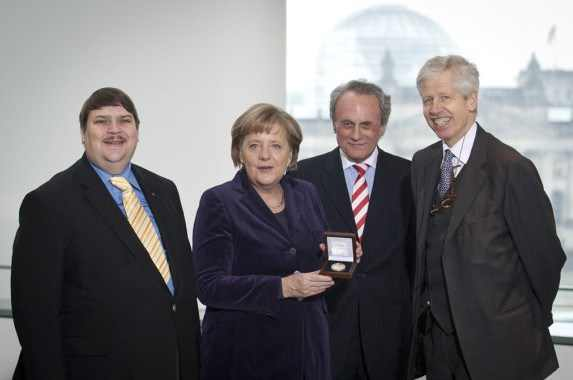 https://i1.wp.com/www.justitiarul.ro/wp-content/uploads/2017/06/Merkel-premiul-Kalergi.jpg