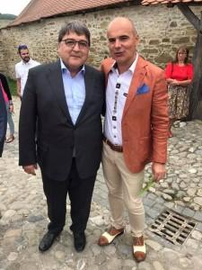 """Emil Hurezeanu și Rareș Bogdan recitând """"Miorița"""" în Țara Sașilor: """"Pe-un picior de plai, Pe-o gură de... canal."""""""