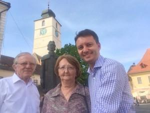 Siegfried Mureșan, împreună cu părinții, în Piața Mare din Sibiu.