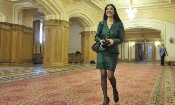 O ministres(ant)ă cu personalitate complexă și genunchii tociți Adică, n-am știut noi cine e Ana Birchall? Adică nu […]