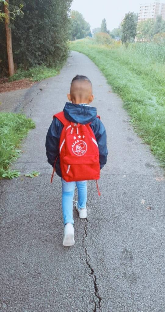 kind loopt naar de basisschool