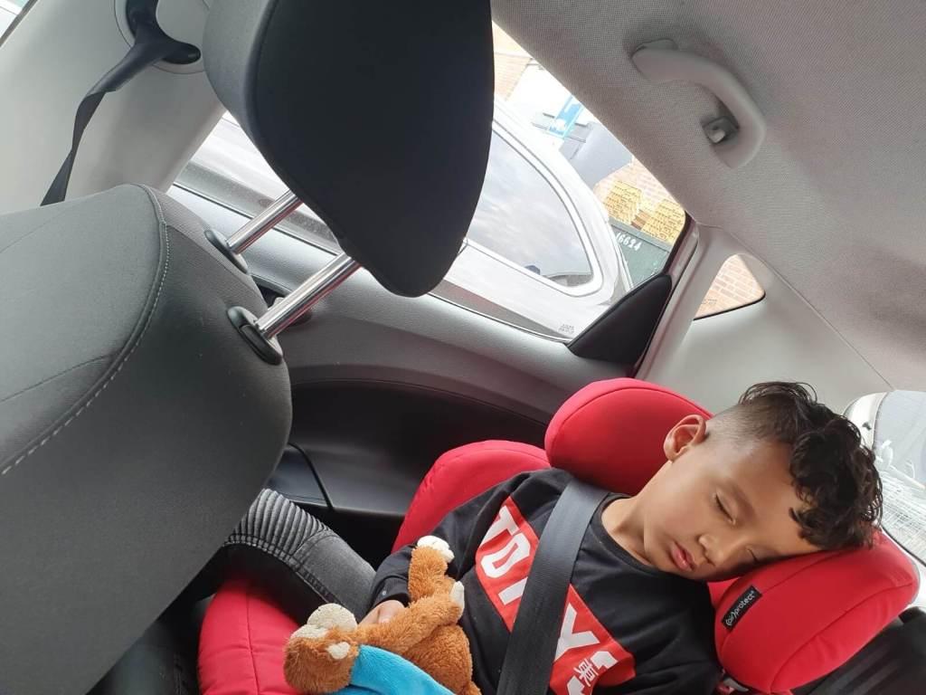 kind slapend in auto
