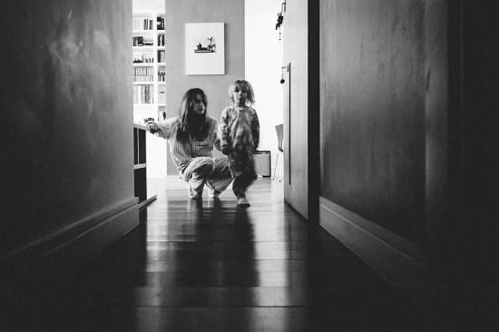 """Foto de mãe e filha de São Paulo. Imagem de Mika Amanto, do projeto """"A day in the life of..."""", que mostra cotidianos de famílias pelo mundo."""